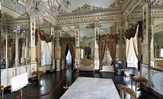 Visitando le stanze complete di arredi e di mobili originali dell ...