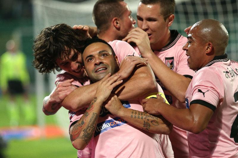 I compagni abbracciano Fabrizio Miccoli