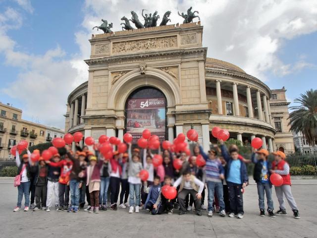 La manifestazione davanti il teatro Politeama