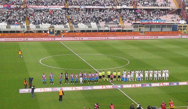 Le due squadre schierate prima del match