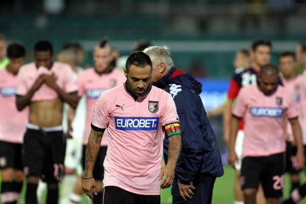 Il capitano Fabrizio Miccoli deluso
