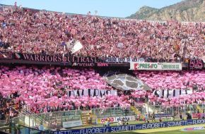 Palermo – Dopo la vittoria di ieri del Palermo con la Cremonese si accendono le speranze dei tifosi palermitani di poter rivedere la loro squadra del cuore in serie A, in ben 15.000 hanno sostenutoi calciatori al Barbera lungo tutto il tempo di gioco. Dopo il gol di Eros Pisano si sono addirittura uniti in
