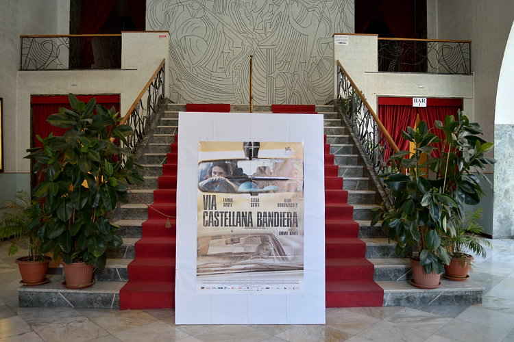 Palermo – Si è tenuta al cinema Rouge et Noir la proiezione riservata alla stampa del film Via Castellana Bandiera di Emma Dante. L'evento è proseguito con una conferenza stampa alla quale hanno partecipato, oltre che la regista palermitana, anche alcuni componenti del cast. La pellicola, che ha ottenuto un ottimo riscontro da parte della