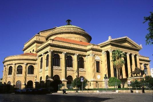 Palermo – Si è tenuta presso il salotto del Palco Reale del Teatro Massimo la conferenza stampa di presentazione del Concerto di Capodanno che avrà luogo presso il Teatro il 1° gennaio 2014 alle 18.30. L'evento, che coniugherà cultura e solidarietà, è stato promosso dalla Presidenza del Consiglio Comunale di Palermo. Il ricavato della serata