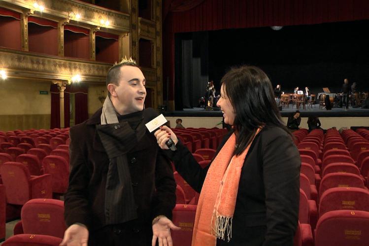 Palermo – La redazione di Trinacrianews ha incontrato Ernesto Tomasini, artista dai mille volti e dalle molteplici attività: nel teatro, nel cabaret e di recente anche nella musica, come cantante di musica sperimentale. Conosciuto in tutto il mondo, acclamato come figura cult dalla stampa internazionale per la sua originalità, è stato definito da una rivista