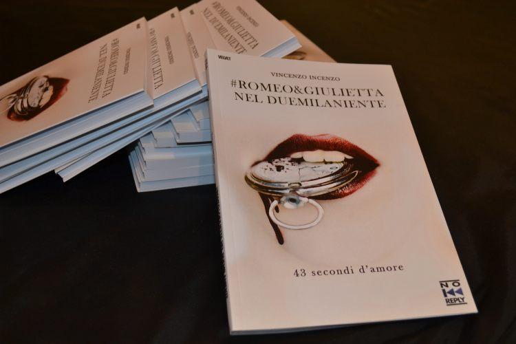 """Palermo – Alla libreria Feltrinelli, il paroliere e scrittore Vincenzo Incenzo ha presentato il suo nuovo libro intitolato """"Romeo e Giulietta nel duemilaniente, 43 secondi d'amore"""". «Tempo… Tempo… Il tempo è l'alibi di tutti, per ogni cosa. In nome del tempo si aspetta, si perdona, si sopporta, ci si vendica. Nell'idea del tempo i governi"""