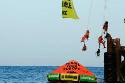 ROMA, 14.10.14 – Da questa mattina gli attivisti di Greenpeace protestano in maniera pacifica e non violenta presso la piattaforma di estrazione di idrocarburi Prezioso di ENI Mediterranea Idrocarburi, nel Canale di Sicilia, al largo della costa di Licata (Agrigento). Con l'appoggio della nave Rainbow Warrior, a bordo di gommoni, una decina di attivisti ha