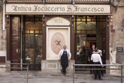 Palermo – Venerdì 21 novembre la città di Palermo ha partecipato ai festeggiamenti per i 180 anni dell'Antica Focacceria San Francesco, presso la piazza da cui l'antico locale palermitano prende il nome. Ripercorrendo le origini storiche, l'apertura del locale è databile al 1834, quando Salvatore Alaimo, maestro di cucina al servizio dei Principi di Cattolica,