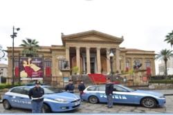 Palermo – Durante le festività natalizie, anche nel capoluogo siciliano, tutto il personale della Polizia di Stato è chiamato ad uno sforzo supplementare per rendere più sicure le vacanze della cittadinanza. Ciò avviene attraverso una diversificazione ovvero una razionalizzazione dei compiti istituzionali, ordinariamente adempiuti durante l'anno, ma anche in linea di continuità con quanto fatto