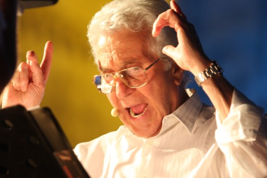 Abbiamo avuto il piacere di incontrare lo scrittore e attore Pino Caruso, ecco di seguito l'intervista: D. Definire l'artista Caruso è molto difficile, attore comico è sicuramente molto riduttivo perché lei, Caruso, utilizza l'umorismo in maniera intelligente in modo che ne derivi sempre una riflessione. Lei come si definirebbe? E' semplice un uomo di spettacolo