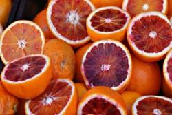 Riceviamo questi bei versi che pubblichiamo con piacere Arancia Rosso il mattino si colora gustando un'arancia al sole di fine mese. Preavviso di una primavera dolce morbida come mollica di pane. Calda la sera mi accarezza gli occhi mentre le fusa del micio suona per me un valzer. Giunta la notte che saluta qualcuno corri