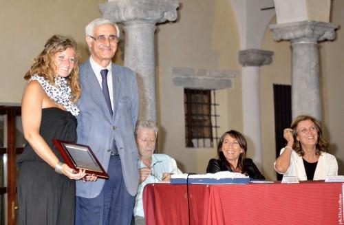 Clelia Cucco Michele Magistro consegna targa