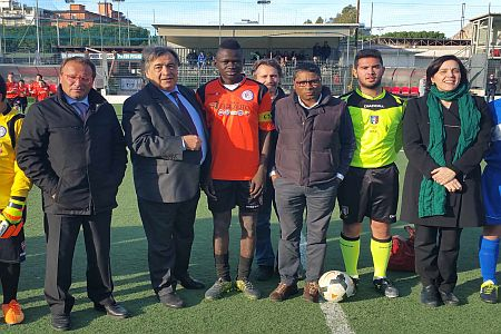 Palermo – Prima partita di calcio ufficiale oggi per A.T, il giovane ragazzo tredicenne del Mali che nei giorni scorsi aveva vinto la sua battaglia legale per essere tesserato da una squadra di calcio palermitana contro il parere della FIGC. La Federazione, appellandosi ad un regolamento internazionale della FIFA per la tutela dei minori dal