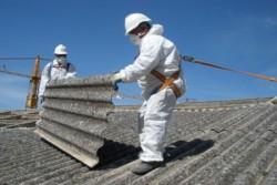 Palermo, 28 aprile- In Sicilia e in Italia si continua a morire d'amianto. I decessi collegati a questo materiale tossico sono stati nel 2015 un centinaio nell'isola, 3.000 in tutto il Paese. L'amianto peraltro, messo al bando dal 1992, continua a ricoprire tetti, anche di edifici pubblici, e a trovarsi in molti manufatti per un'estensione
