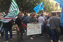 Palermo 21 aprile 2016 – Un nuovo accordo-quadro sugli ammortizzatori sociali, da stipulare a un tavolo tra assessorato al Lavoro, Inps e sindacati, per superare l'esistente fermo al 2013 e aggiornare la quantità di risorse. E' questo l'impegno preso in Prefettura a conclusione del sit-in. Oggi i lavoratori in attesa del pagamento degli ammortizzatori in