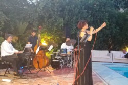 Una serata piacevolissima quella offerta dal Circolo Artistico di Palermo ai suoi soci e a diversi appassionati che hanno gremito l'esterno lungo e attorno la piscina. Si è esibito il Randisi & Worker INDUE, un duo jazzista formato dal pianista Riccardo Randisi e dalla cantante Kate Worker che per l'occasione si sono avvalsi della collaborazione