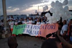 Grande partecipazione a Mazara del Vallo per fiaccolata organizzata dai sindacati per la liberazione dei 18 pescatori in Libia